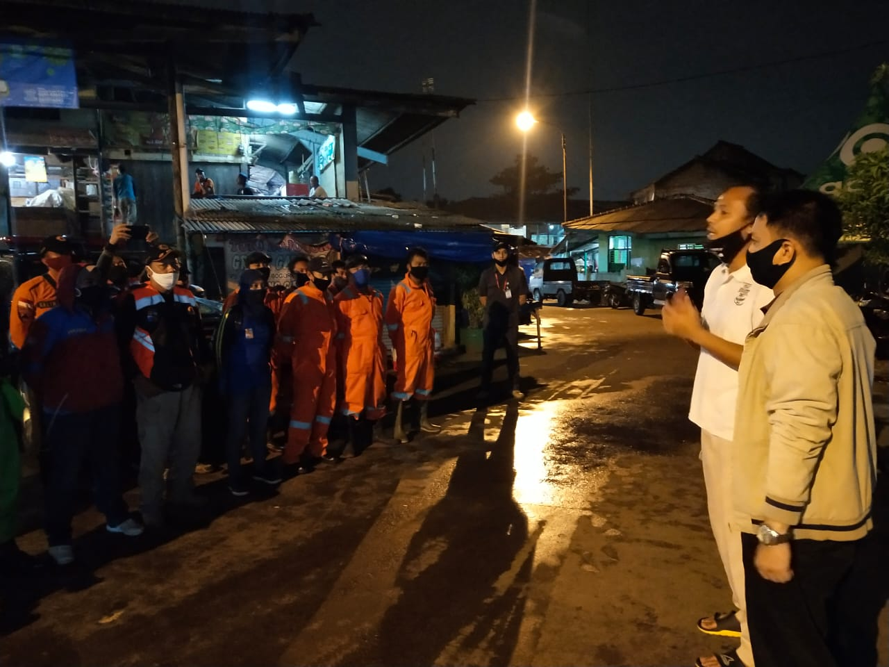 Penyemprotan Desinfektan di Pasar Jambu Dua