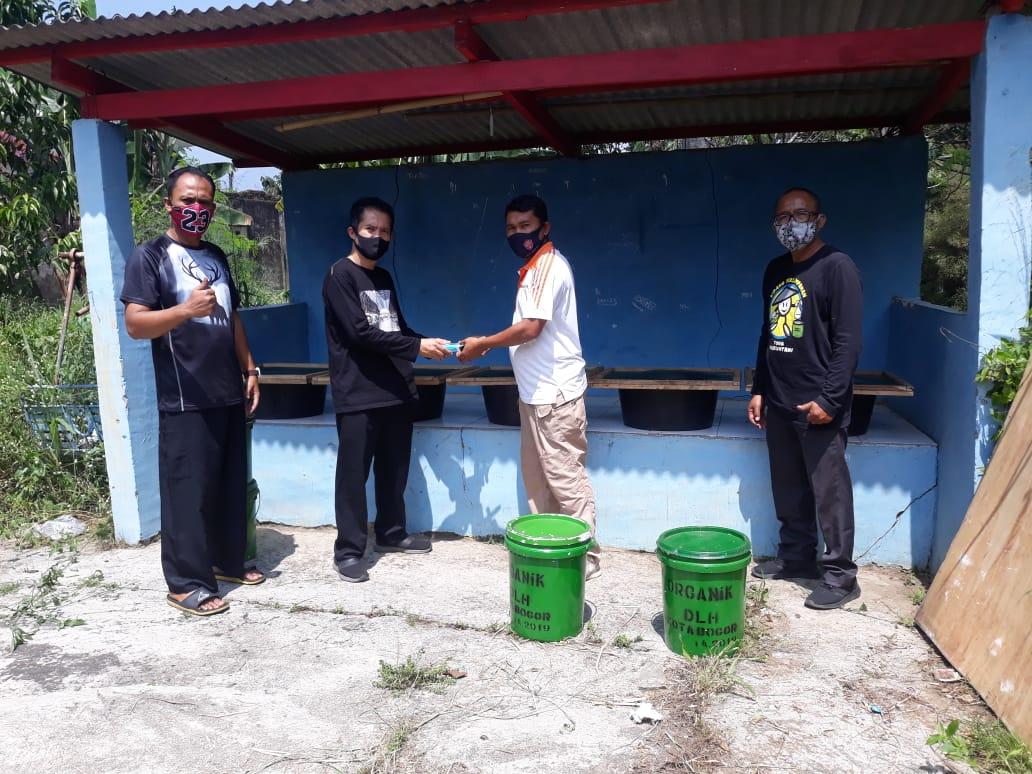 Penyerahan 5 (lima) ember dengan isi masing-masing ember 2 gram prototipe pengha